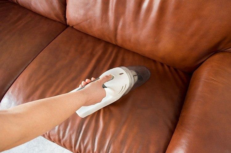 Làm sạch ghế sofa bằng máy hút bụi